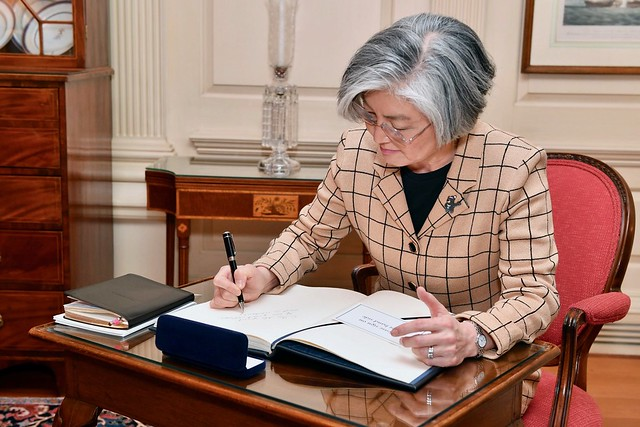 Republic of Korea Foreign Minister Kyung-wha Signs the Guestbook