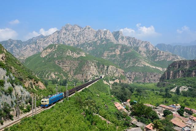 Güterzug im Yongding-Tal