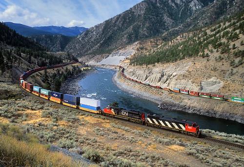 canadiannational cn stack stacktrain intermodal thompsonriver canyon morris seddall drynoch britishcolumbia bc canada railroad locomotive emd sd60f 5525 cowl thompsonrivercanyon