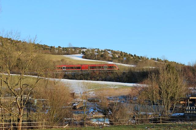 Zug in der Nähe des Warmetalviadukts