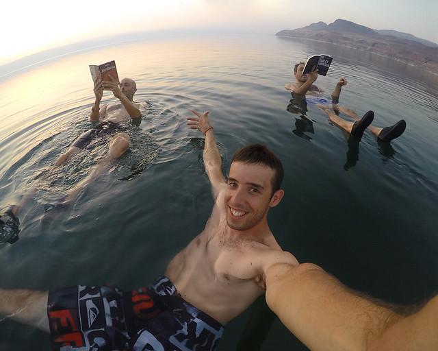 Flotando en el Mar Muerto de Jordania