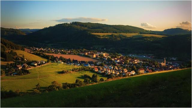 Die Abendsonne streift durchs Tal