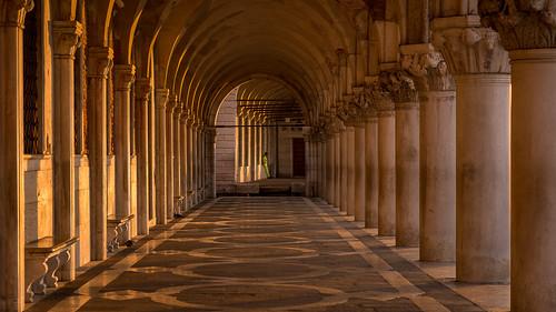 venice venezia venedig dogenpalast doge´spalace palazzoducale italy italien italia sunrise sonnenaufgang goldenlight golden goldeneslicht goldenhour arcades arkaden sanmarco