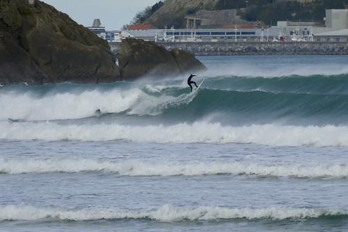 Bonitas olas con viento sur en la playa de Zarautz