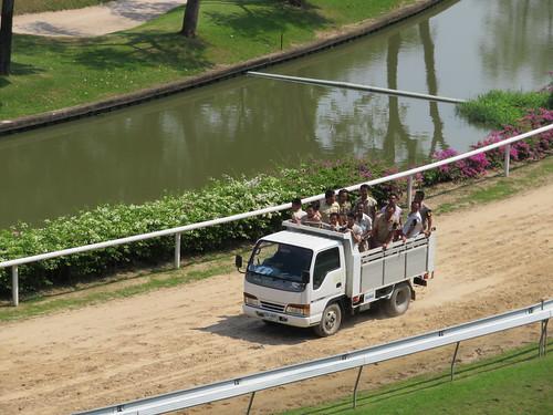 ロイヤルバンコクスポーツクラブの厩務員を満載したトラック
