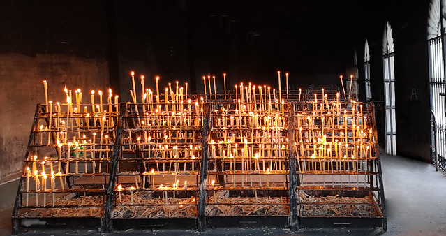 ofrenda de velas interior Capilla Votiva Virgen del Rocio en Almonte Huelva 05