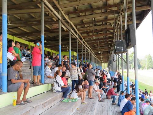 チェンマイ競馬場の観覧席にいる観客たち
