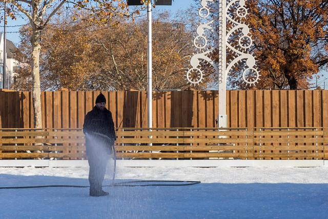 Ein Mann bereitet die Schlittschuhlaufbahn vor