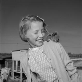Rose Sobkow with a squirrel on her shoulder / Rose Sobkow avec un écureuil sur son épaule