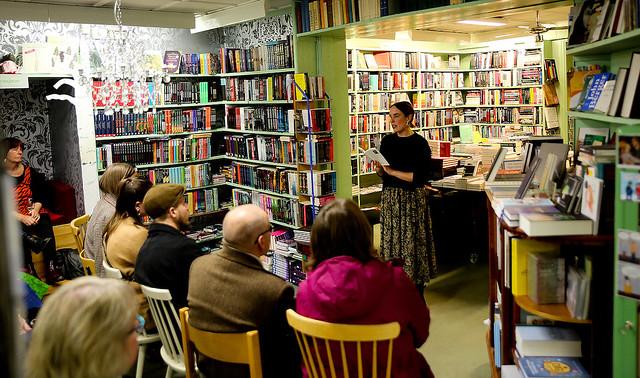 Lite trångt men mycket gemytligt som vanligt var det vid  fredagskvällens poesiuppläsning med Matilda Södergran.