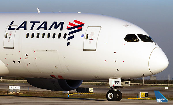 LATAM B787-8 CC-BBE front (RD)