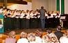 Helmut Meinhard dirigiert den Chor der Banater Schwaben Karlsruhe, bei dem er 30 Jahre tätig war.
