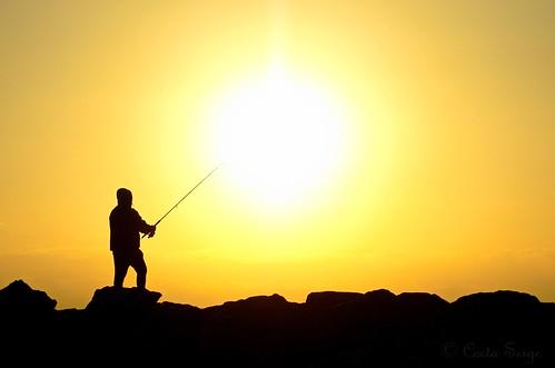leverdesoleil sunrise silhouette pêcheur fisherman soleil sun sol puestadelsol mer sea méditerranée mediterranean nikon d7000 contraste sunset ombre shadows côte littoral shore digue dam salidadelsol