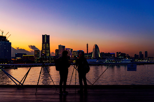 2018 winter december evening twilight japan kanagawa yokohama nakaku nakaward kaigandori city street park osanbashi deck wooddeck kujiranosenaka whalesback landscape sea sky people nikon d750