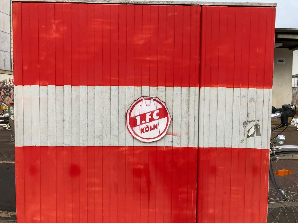 Rot Weiß Bemalte Wand Mit Aufkleber Des Deutschen Fußballv