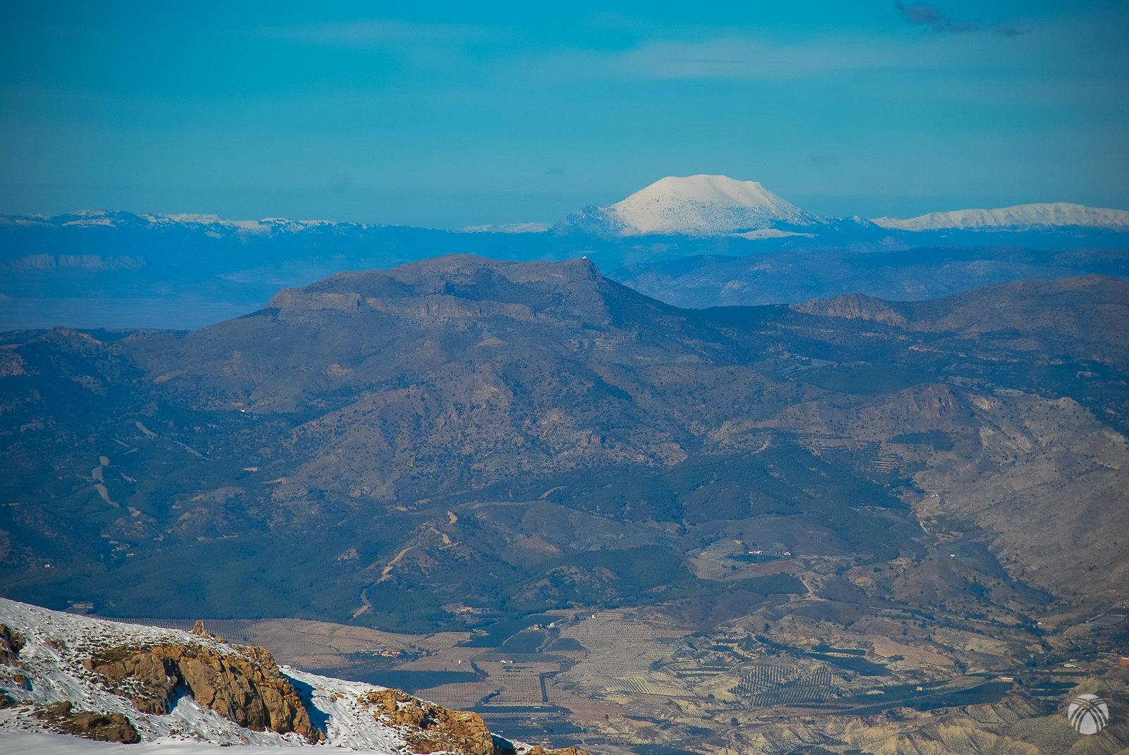 Mirando al noreste: la Sagra y a su derecha la Guillimona