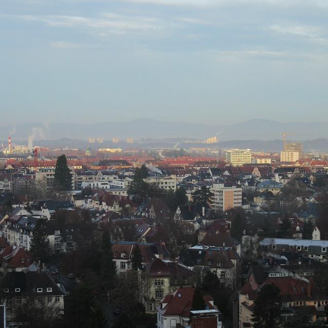 Blick über Freiburg an einem kalten, aber klaren und sonnigen Morgen