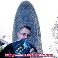 #Ventanaalfuturo y su autor junto a la #torreglories de #Barcelona .