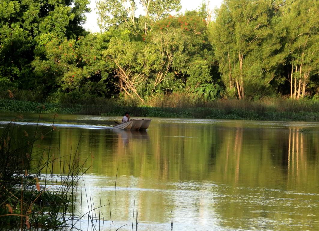 Lancha en la intersección del Rio Carabelas y Canal Alem