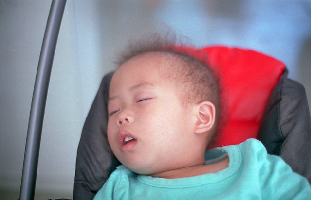 ベビーカーで寝る子。