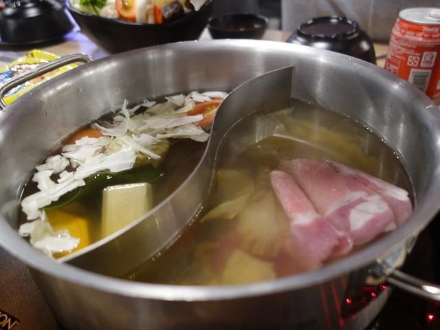 用鴛鴦鍋的形式來讓每個有自己的煮食區@板橋大魔大滿足鍋物