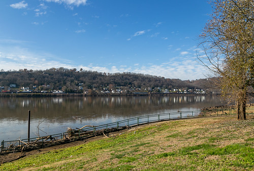ohioriver riverfront aberdeen ohio masoncounty hills city landscape maysville kentucky unitedstates us scenic pleasant view water reflections buildings structures historic mountains forest valley