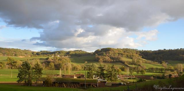Notre campagne mise en beauté sous la lumière d'un temps d'automne entre averses et grand soleil