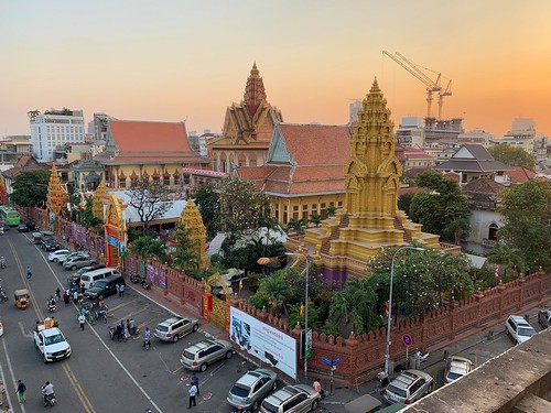 watonaloum phnompenh cambodia khmer buddhism religion asia southeastasia cambodge cambodja sunset weather boedhisme pagoda temple tree building road city sky tower park klooster monastry architecture
