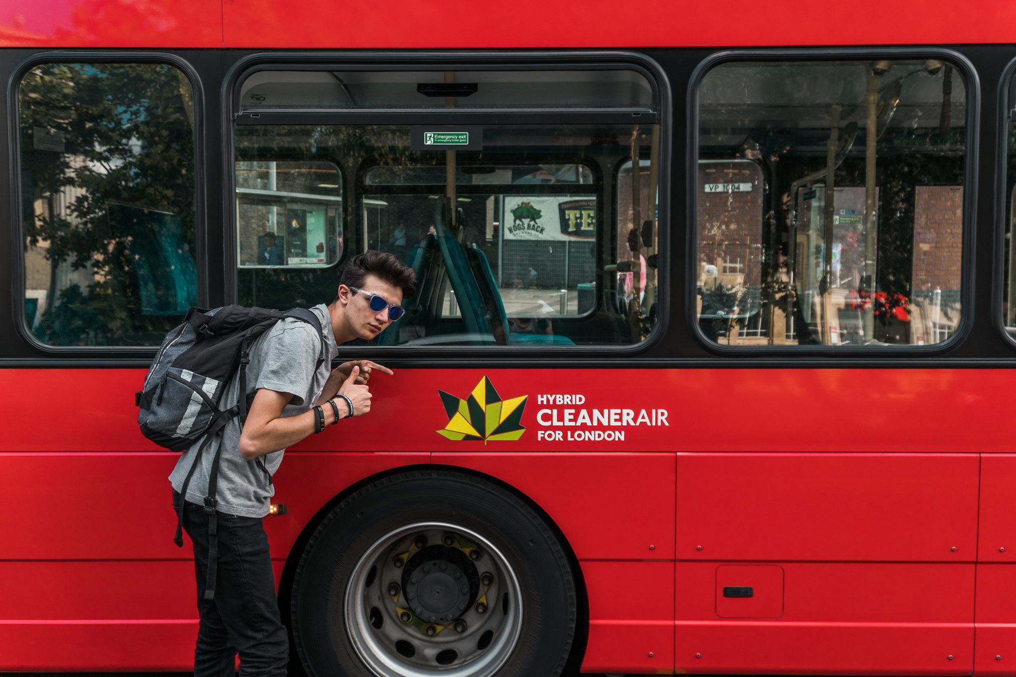 """io mentre indico il simbolo """"Hybrid"""" su un autobus"""