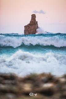 """""""Sé como las olas de mar, que aún rompiendo contra las rocas, encuentran fuerzas para volver a empezar"""""""