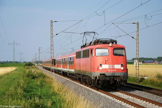 110 429-8 mit einem RE4-Verstärkerzug von Düsseldorf nach Aachen in Wickrath am 5.07.11