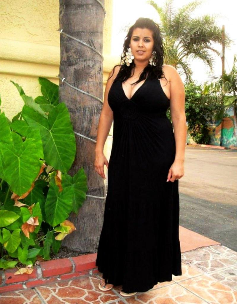 Con Vestido Negro Y Sin Maquillaje Heaven Blue
