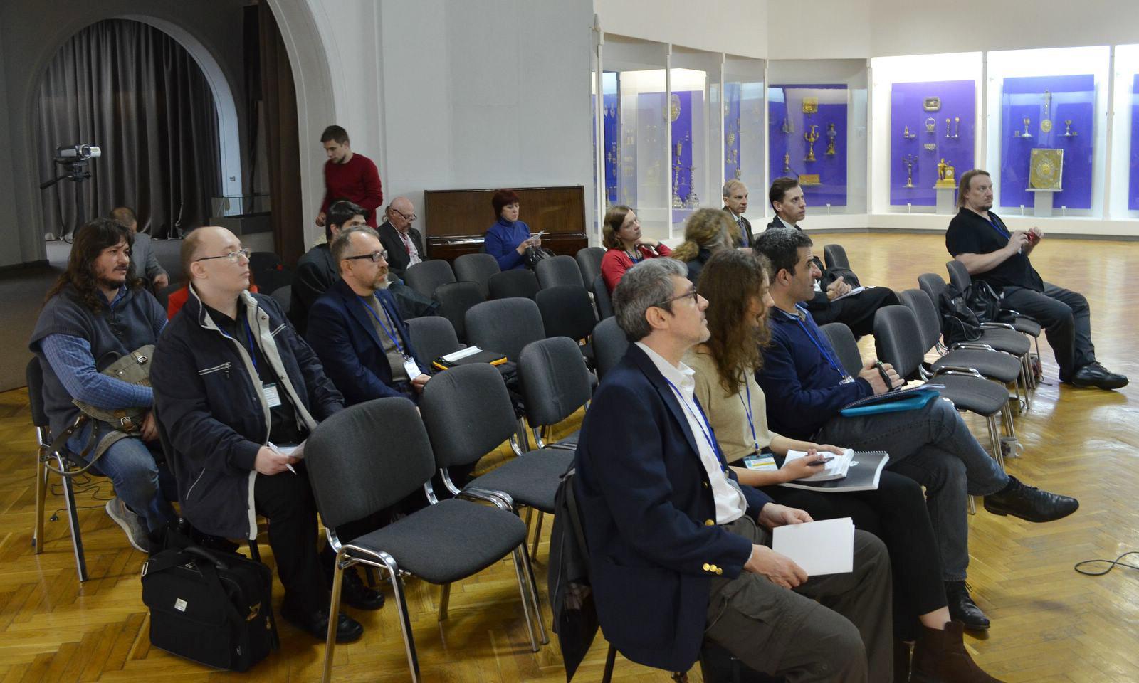 Учасники конференції на засіданні.