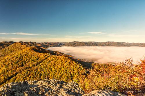 cumberlandgapnationalhistoricalpark nikond7200 pinnacleoverlook pinnacle autumn autumnbeauty fog backroadphotography tristate leecountyva bellcountyky claibornecounty tennessee