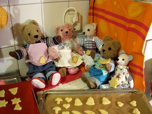 jetzt sind die Plätzchen ferig zum Backen- die Teddys  sind gespannt-und sie wollen endlich Kekse essen! ss