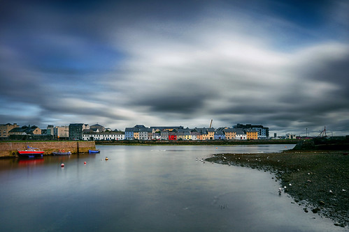 claddaghquay galwaybay rivercorrib atlanticocean galway countygalway ireland republicofireland colourfulhouses wildatlanticway northatlanticocean landscape canon5dmarkiii ef1635mmf28liiusm leefilters longexposure 55seconds water cloud boats travel lifeng nimmospier