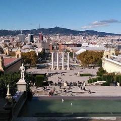 """Vistes de Barcelona. Al fons el Tibidabo, al mig la plaça 1 d'Octubre... ah, no, que encara la diuen """"plaça d'Espanya"""", error meu :P"""