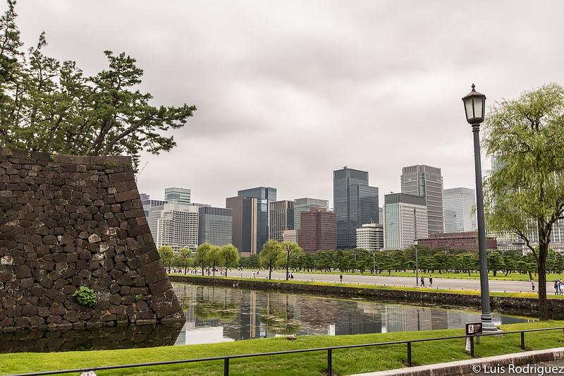 Meiji Seimei Kan en un extremo, en frente del Palacio Imperial