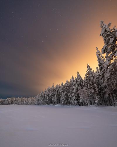 suomi finland jyväskylä vaajakoski kivilampi talvi yö winter night longexposure stars clouds lightpollution trees forest pond lake snow ice nature landscape nikon d750 samyang 14mm wideangle amazing europe