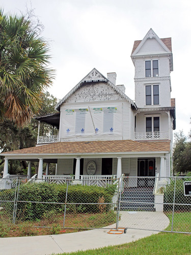 house architecture historical victorian tower ruin firedamage fence sidewalk shrubs palmtree leesburg florida unitedstates
