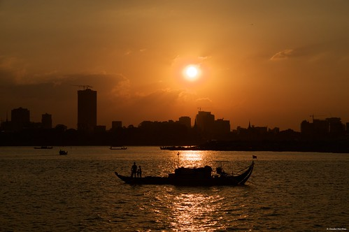 mekongriver phnompenh cambodia sunset goldenhour silhouette river water cityscape sunnyday sun sky redsky pentax pentaxkp pentax18135 pentaxlens pentaxart asia happyplanet asiafavorites