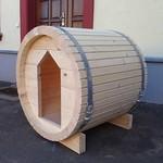Holzfass als Hundehütte
