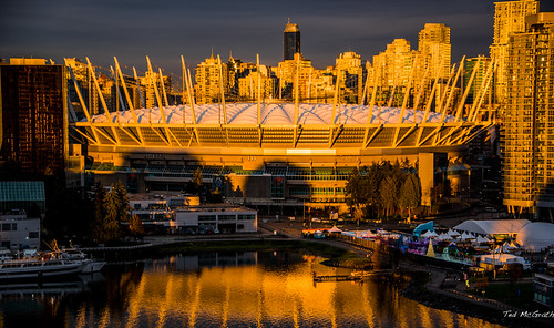 2018 tedmcgrath vignetting cropped sunrise reflection waterreflection bc bcplace bcplacestadium vancouver vancouverbc vancouvercity britishcolumbia stadium dome teds tedsphotos cans2s canada falsecreek falsecreekeast eastfalsecreek
