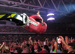 20170729_3 Robbie Williams is sitting on a huge boxing glove. Your argument is invalid. | Tele2 Arena in Stockholm, Sweden