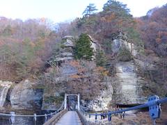 塔のへつりに架かる吊り橋