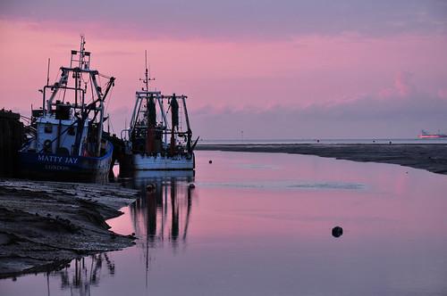 sunrise essex southend leigh riverthames thamesestuary boats fishingboats trawlers reflection pink mr