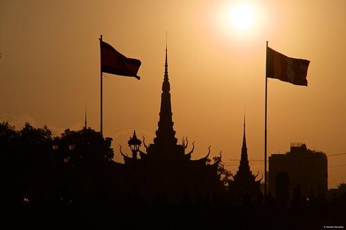 mekongriver phnompenh cambodia sunset goldenhour silhouette river water cityscape sunnyday sun sky redsky pentax pentaxkp pentax18135 pentaxlens pentaxart asia happyplanet asiafavorites