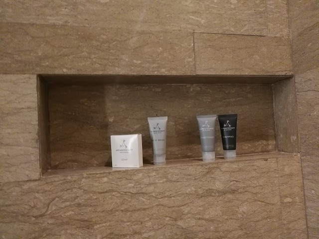 <p>シャワーブースの壁</p>