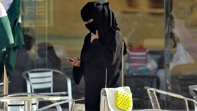 2841 Cheating Saudi Husband sends his intimate pictures to wife instead of Mistress by mistake