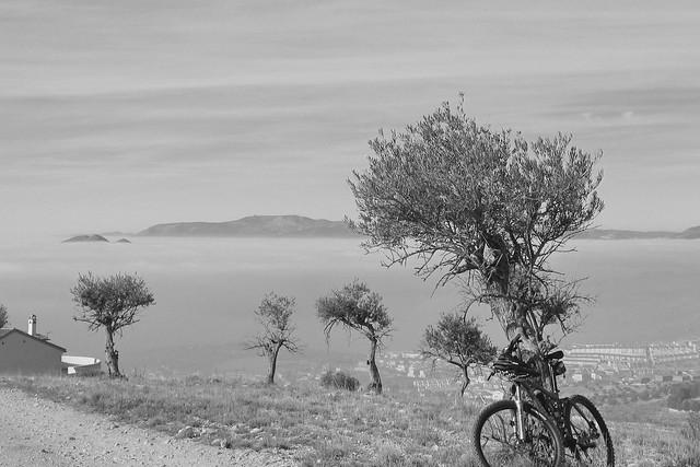 Mi bici en la niebla b-n